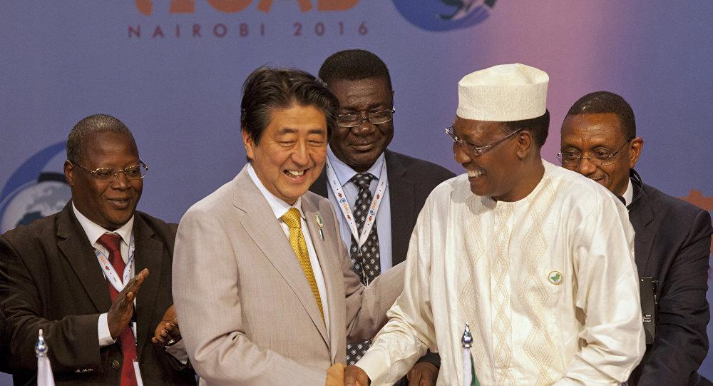 O primeiro-ministro japonês Shinzo Abe e o presidente da República do Chade Idriss Deby durante da Conferência Internacional de Tóquio sobre o Desenvolvimento da África (TICAD) em Nairóbi