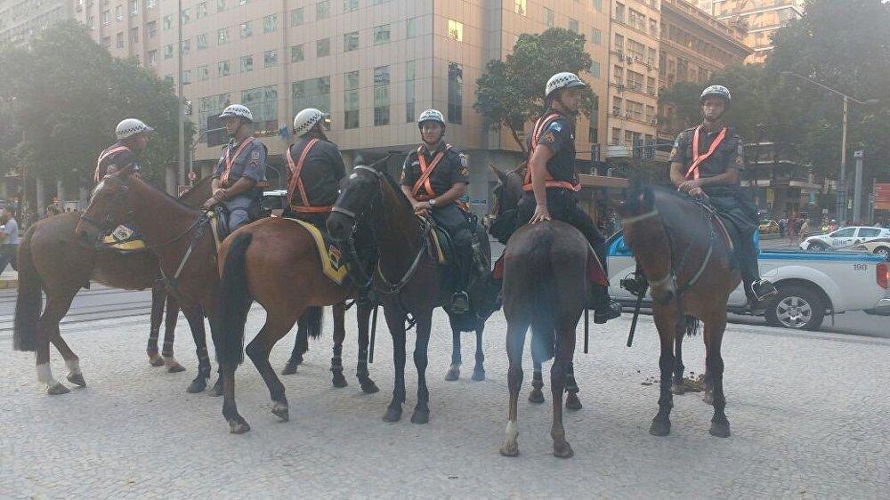 Policiais a cavalo observam o movimento dos manifestantes no Rio de Janeiro