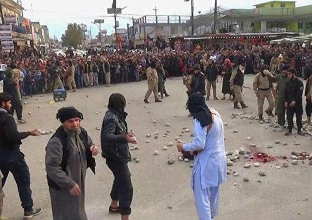 Execução do Estado Islâmico por apedrejamento.