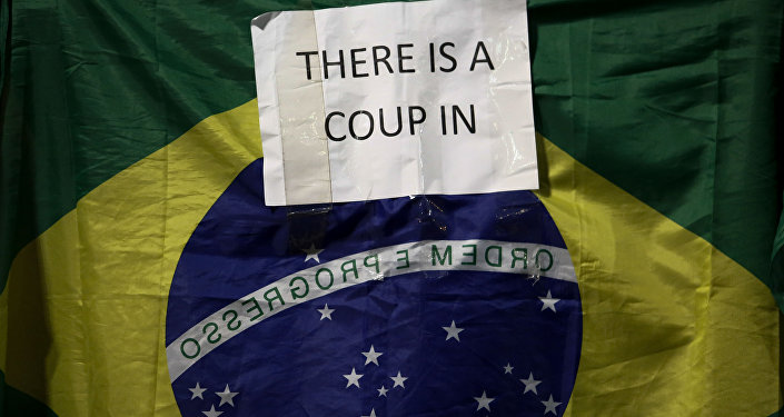 Bandeira brasileira com inscrição Há um golpe no