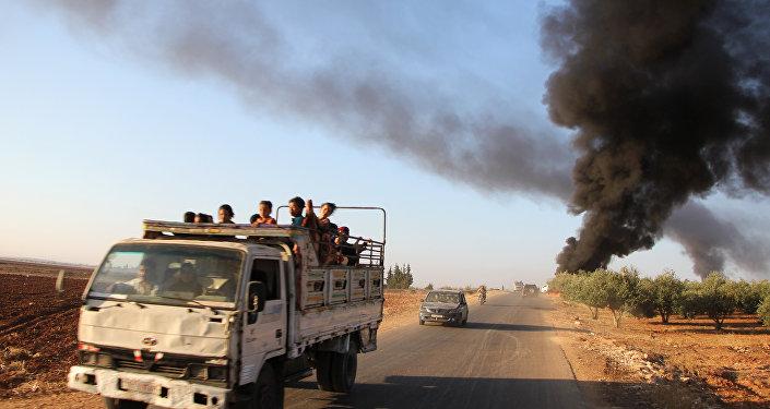 Sírios fogem da cidade de Souran, no norte de Hama