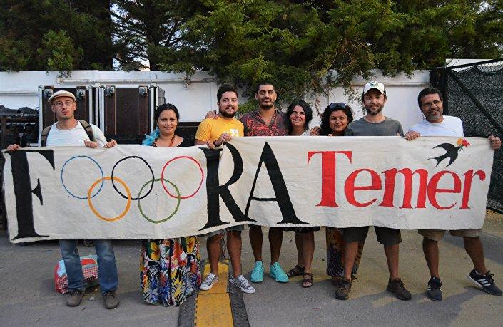 Grupo de brasileiros exibia uma faixa Fora, Temer estilizada com a logomarca das Olimpíadas