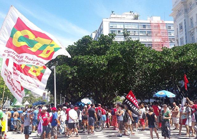 Manifestantes se concentram em Copacabana para marcha contra Michel Temer