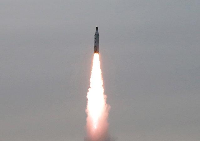 Foto de míssil balístico disparado pela Coreia do Norte divulgada pela agência KCNA no final de abril