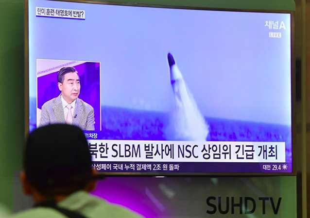 Homem vê notícias na TV sul-coreana sobre o lançamento de míssil balístico norte-coreano (foto de arquivo)