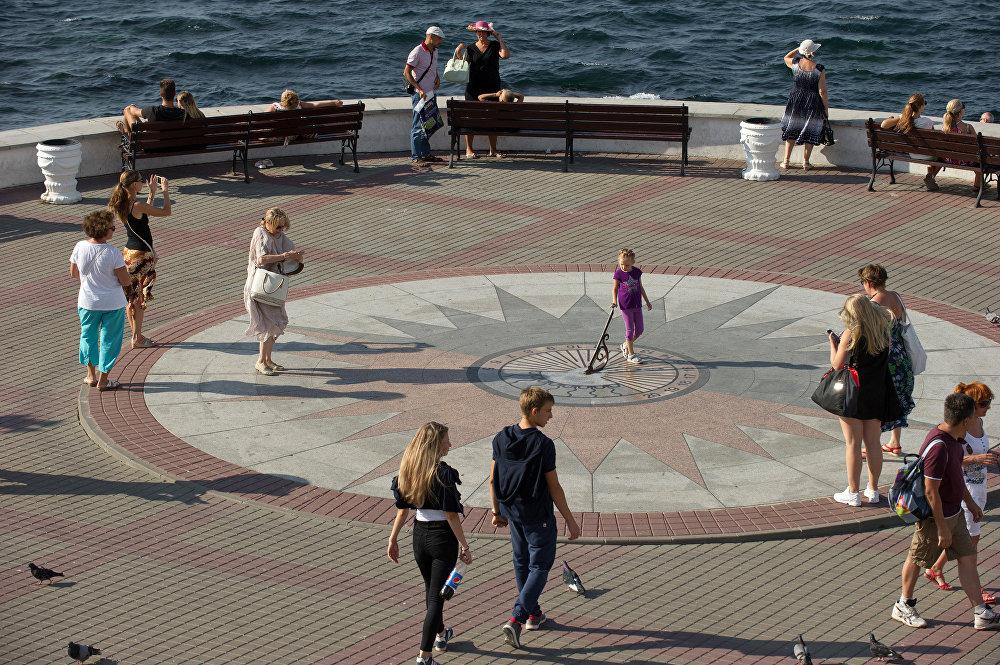 Um relógio de sol na marginal em Sevastopol