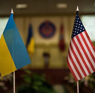 Bandeiras nacionais da Ucrânia e EUA