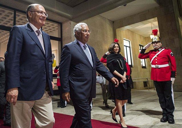 Governador do estado de São Paulo Geraldo Alckmin (à esquerda) junto com o premiê de Portugal António Costa (à direita) no Palácio dos Bandeirantes em São Paulo, 5 de setembro de 2016