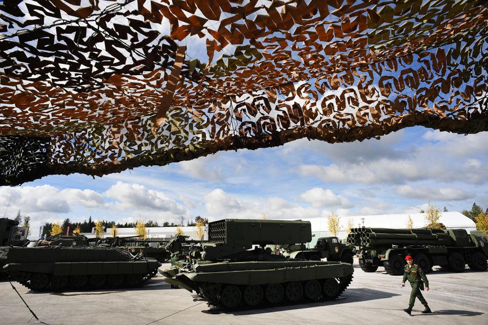 Sistema lança-chamas pesado TOS-1A no Fórum Internacional Técnico Militar EXÉRCITO 2016