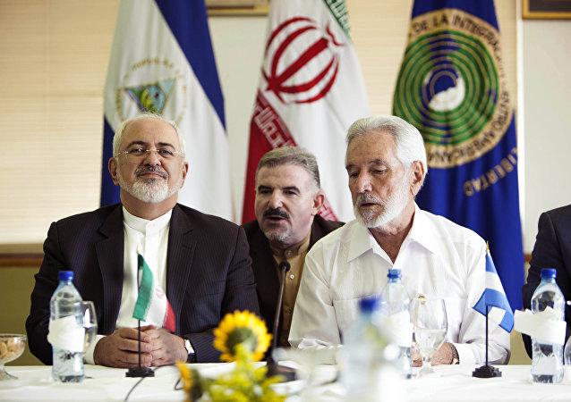 Ministro das Relações Exteriores do Irã, Mohammad Javad Zarif, e o seu homólogo nicaraguense, Samuel Santos, na entrevista coletiva conjunta, em Managua, Nicarágua, agosto de 2016