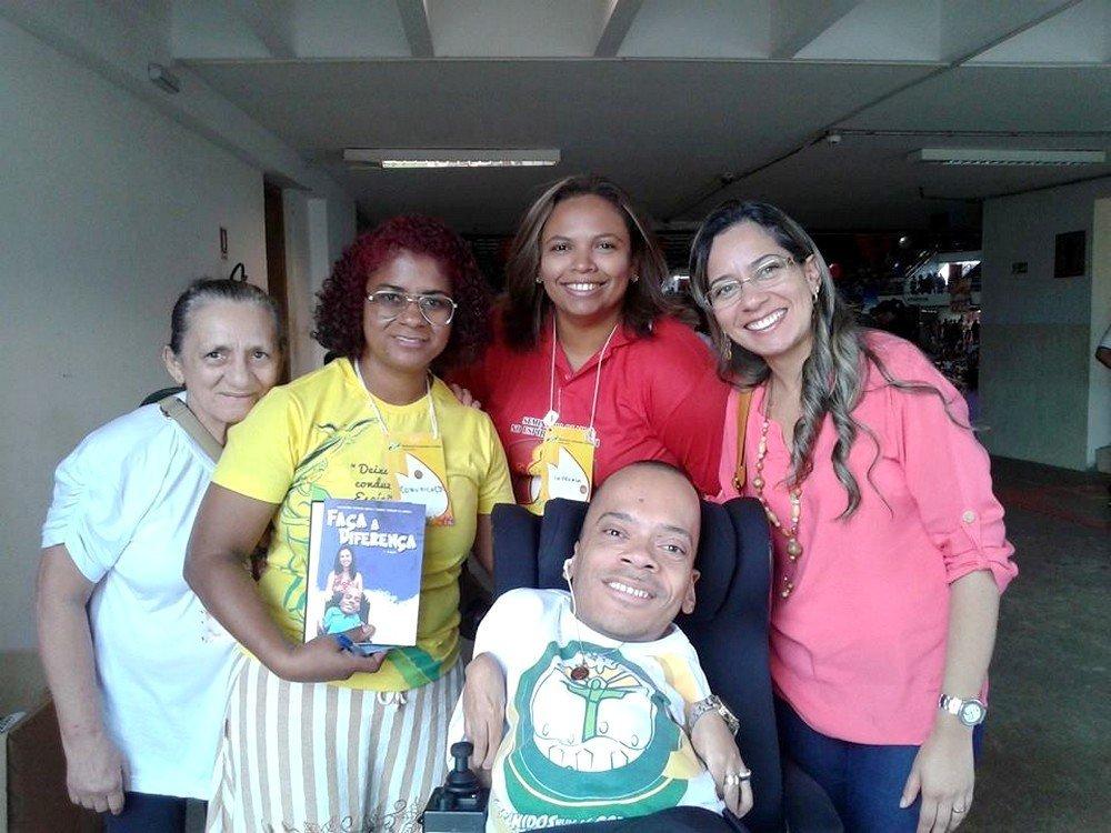 Escritor Alexandre Abade com família  amigos apresentando o novo livro
