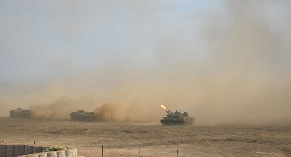 Material blindado russo durante exercícios Kavkaz 2016 na Crimeia, Rússia