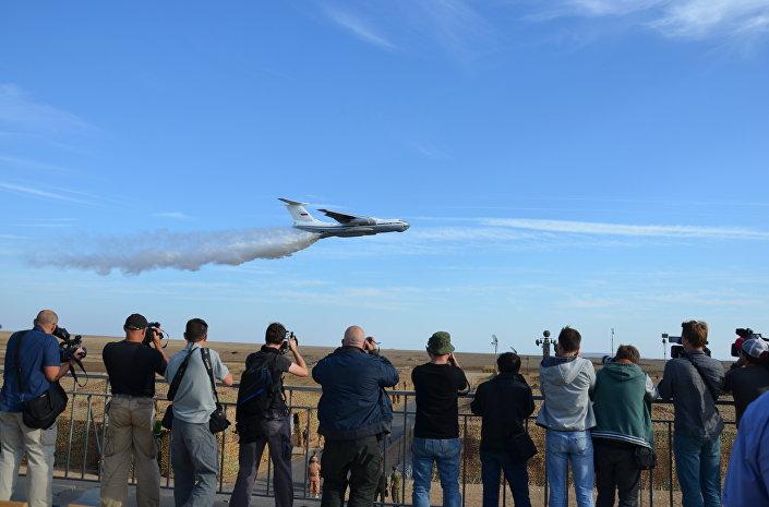 Avião russo lança água durante exercícios Kavkaz 2016 na Crimeia, Rússia