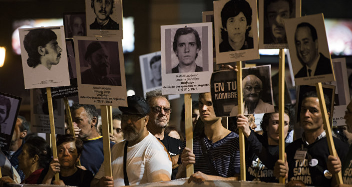 Participantes da 20ª Marcha do Silêncio em Montevidéu em memoria das pessoas desaparecidas durante a ditadura militar (1973-1985) no país, 20 de maio de 2015