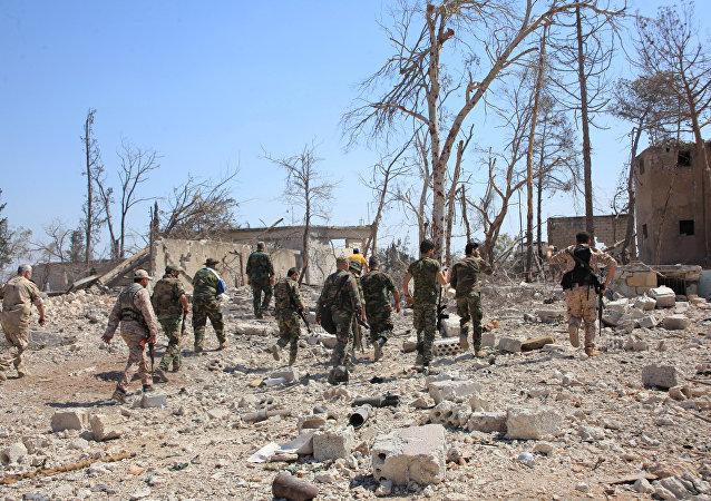 Forças leais ao presidente sírio Bashar al-Assad se dirigindo ao complexo militar, depois de terem tomado áreas a sudoeste de Aleppo que os rebeldes invadiram no mês passado. Imagem cedida pela Agência Árabe Síria de Notícias em 5 de setembro de 2016