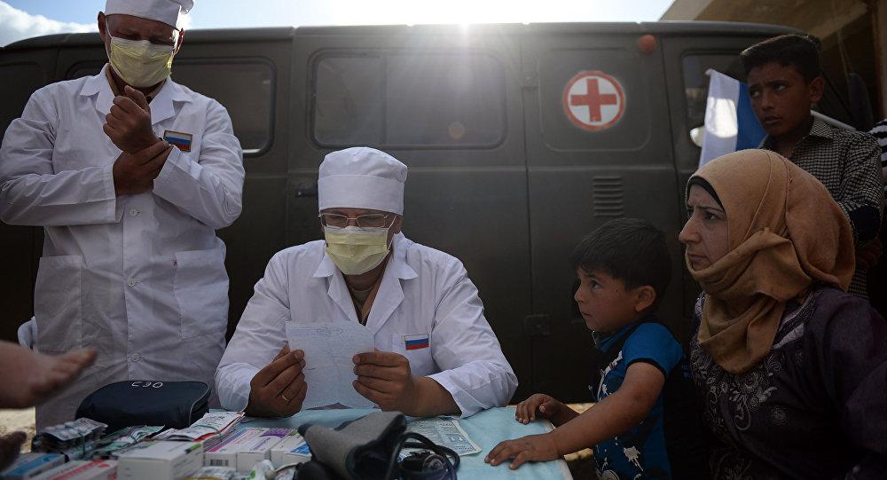 Médicos russos fazem consultas a residentes da cidade de Kaukab durante a distribuição de ajuda humanitária russa