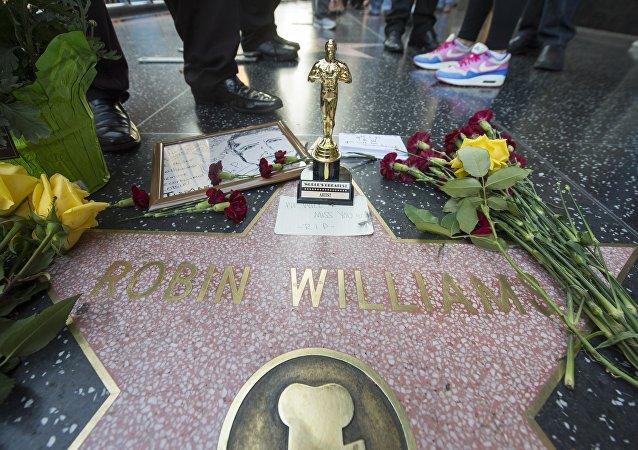 Flores e lembranças ao lado do nome de Robin Williams na Calçada da Fama