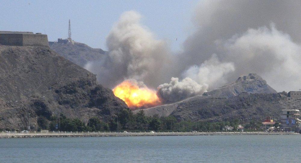 Um depósito de armas explode no complexo militar Jabal Hadeed na cidade portuária de Aden no sul do Iêmen