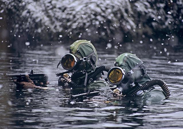 Mergulhadores militares russos durante exercícios