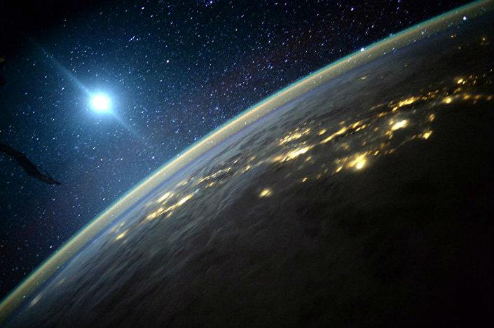 Terra com a Lua ao fundo, em foto registrada pelo astronauta Scott Kelly a bordo da EEI