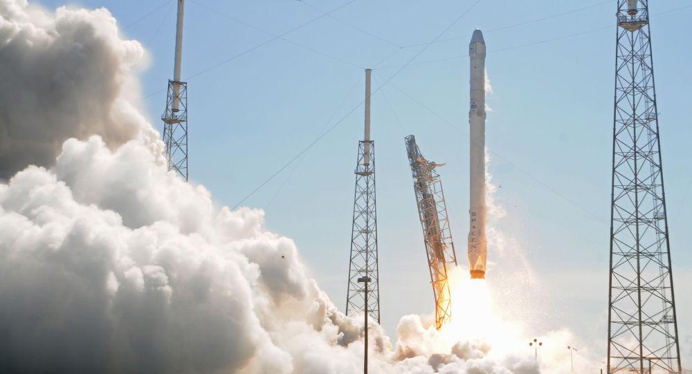 Lançamento do foguete Falcon 9 a partir do Cabo Carnaveral