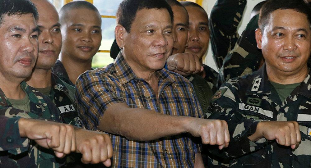 Presidente filipino Rodrigo Duterte junto aos soldados durante uma vista ao campo militar Tanay