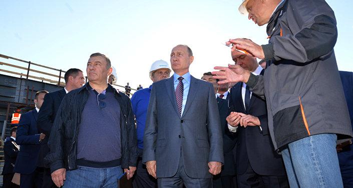 Presidente russo, Vladimir Putin e premiê Dmitry Medvedev durante visita à Crimeia, 15 de setembro de 2016