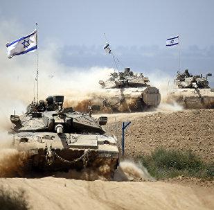 Tanques israelenses perto da fronteira entre Israel e a Faixa de Gaza quando retornam do enclave costeiro palestino controlado pelo Hamas em 5 de agosto de 2014