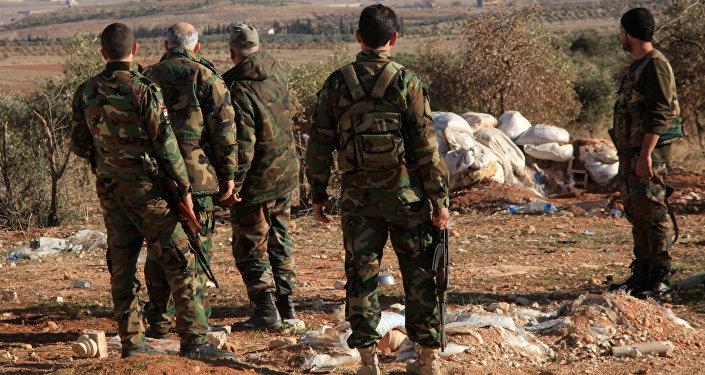 Militares sírios perto da base aérea de Deir ez-Zor (arquivo)
