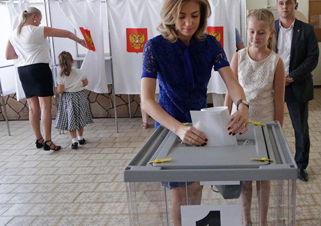 A procuradora-geral da Crimeia Natalia Poklonskaya vota nas eleições legislativas, 2016