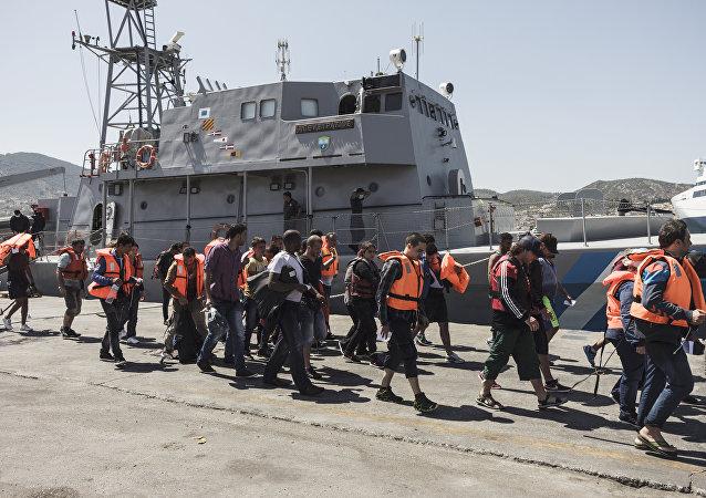 Refugiados sírios escoltados pela guarda costeira grega na ilha de Lesbos em 25 de agosto de 2015