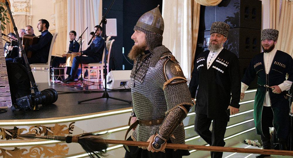 Ramzan Kadyrov, líder da Chechênia, aparece em traje de cavaleiro medieval para celebrar o Dia da Mulher Chechena