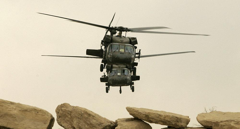Helicópteros americanos Black Hawk decolando de Mossul
