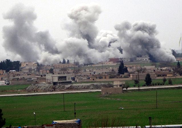 Cidade síria de Tel Abyad durante confrontos entre Daesh e Unidades de Proteção Popular (YPG)