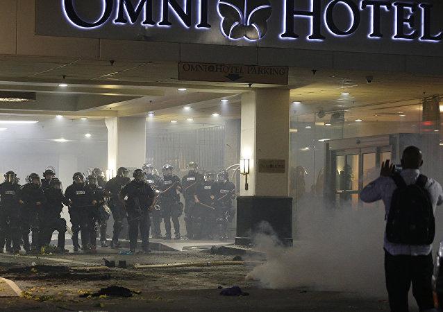 Polícia tenta controlar manifestantes durante protesto pela morte de Keith Lamont Scott em Charlotte