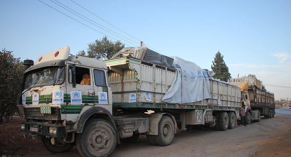 Caminhões com ajuda humanitária na estrada para Urm al-Kubra, em Aleppo, um dia depois do ataque a um comboio da ONU na região