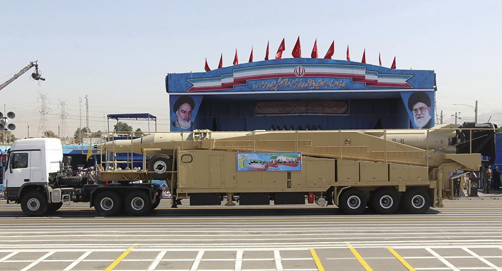 Caminhão militar levando míssil iraniano Sejil durante desfile militar realizado em Teerã em 2016