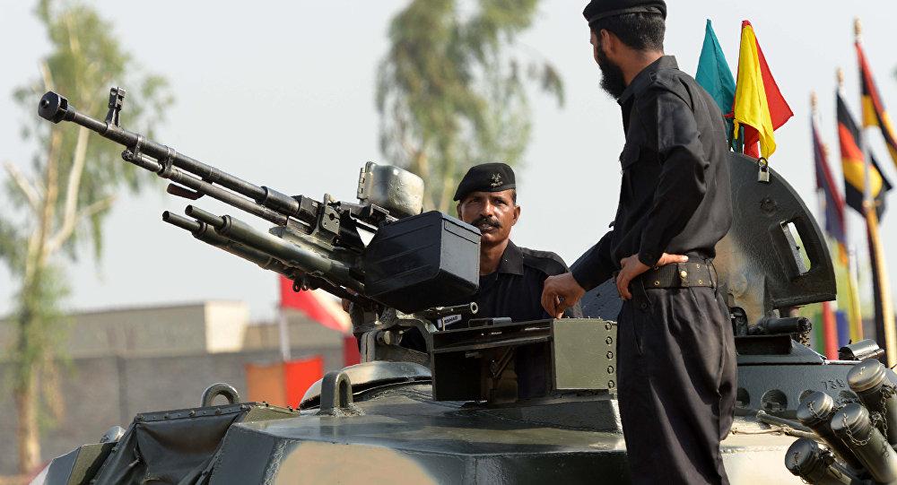 Soldados paquistaneses preparam-se para uma exibição militar, Peshawar, Paquistão, 5 de setembro de 2016