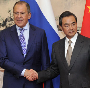 O ministro das Relações Exteriores da Rússia, Sergei Lavrov, com o chanceler chinês, Wang Yi