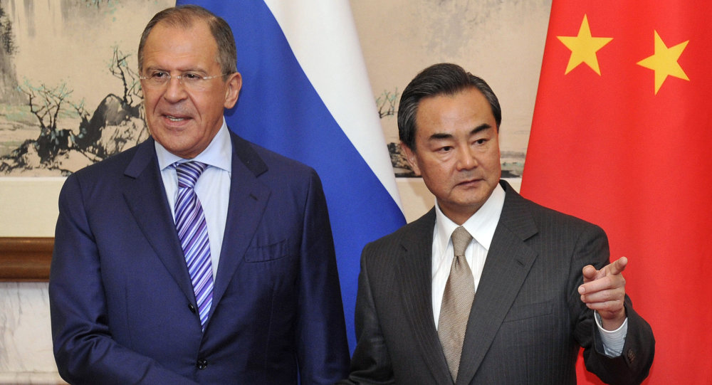 Ministro das Relações Exteriores da Rússia, Sergei Lavrov, com seu homólogo chinês, Wang Yi