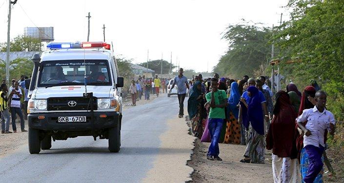 Ambulância dirige-se ao campus de uma universidade de Garissa, no Quênia.