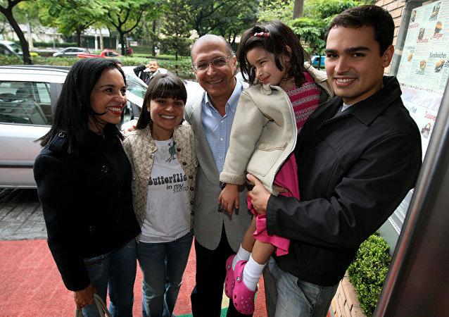 Geraldo Alckmin, acompanhado de sua esposa, Lu Alckmin, da filha, Sophia, de sua neta e de seu filho, Thomaz Rodrigues Alckmin, ao chegar em restaurante na zona sul de São Paulo.