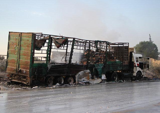 Caminhão destruido na sequência de ataque aéreo realizado contra o comboio humanitário na Síria