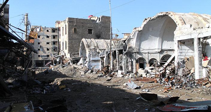 Prédios destruidos após ataque aéreo da coalizão internacional liderada pelos EUA na Síria (foto de arquivo)