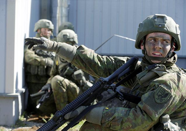 Soldados lituanos durante exercícios militares perto da fronteira estoniana