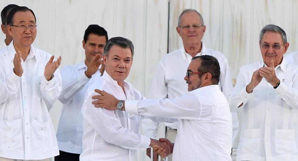 Presidente colombiano e líder das FARC firmam acordo de paz em Cartagena