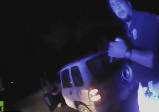 Cena do vídeo que mostra agentes atirando contra o carro de Chris Few na Louisiana