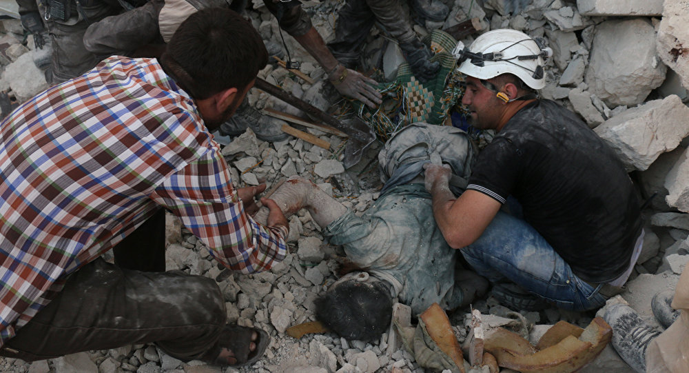 Vítima é removida de escombros após bombardeio