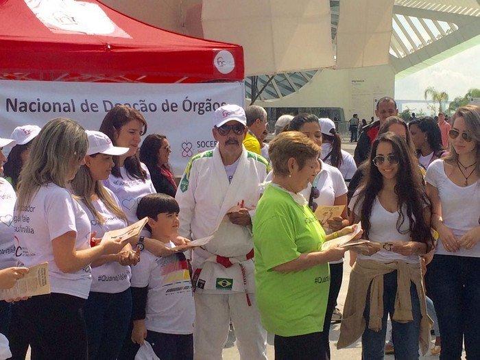 Ivonette Balthazar (de verde) ajudando na campanha de conscientização pelo Dia Nacional de Doação de Órgãos no Centro do Rio