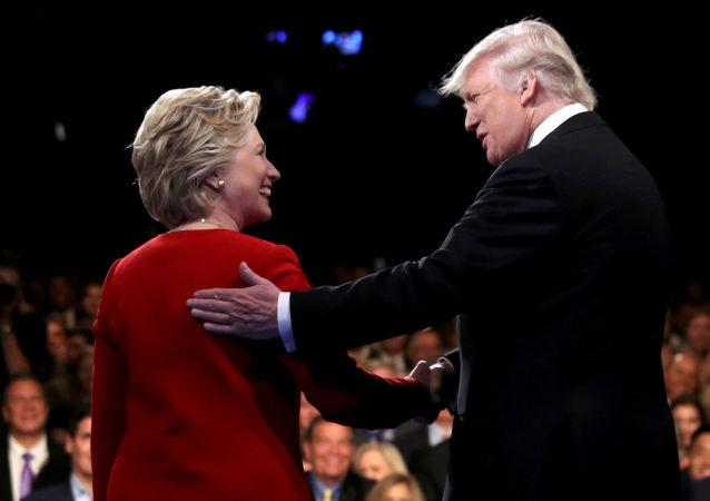 Presidenciável norte-americano Donald Trump aperta a mão da presidenciável Hillary Clinton em Nova York, EUA. 26 de setembro de 2016